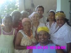 DE IZQUIERDA A DERECHA:MERCEDES NUÑEZ(OSHUN KAYODÉ),LAS HERMANAS MIRTA Y NELVA ARANGO(EWIN YEMI,Y OBBAN YOKO),OMILINA,MI PADRINO OBBA IRAWO,MI OYUGBONA OBBA NICOSO AYE,ANGELA(EWIN BI).ADELANTE,CON PAÑUELO NARANJA,OLGA EMBALE(OCANTOMI),SANTERA DE 83 AÑOS,SABIDURIA Y CONOCIMIENTO RELIGIOSO.A SU LADO,ELIO BARBARO(ADEBI IKÚ)